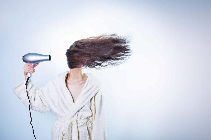 Sušenje kose fenom, slika:https://www.pexels.com