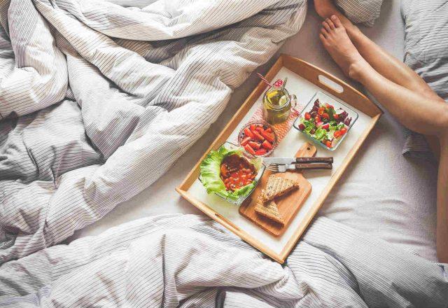 Doručak u krevetu, slika: https://www.pexels.com